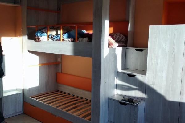 Детская комната с двухъярусной кроватью