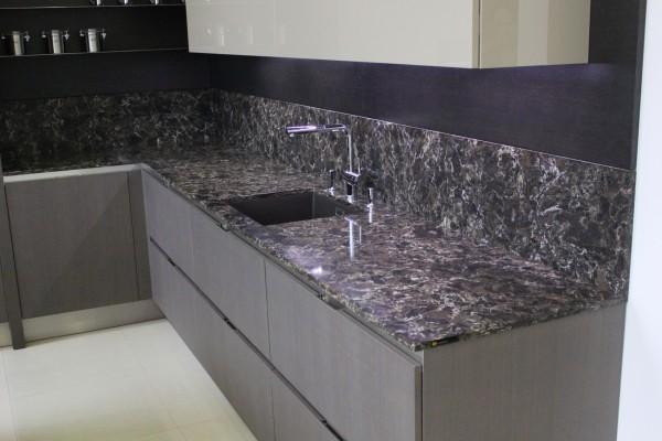 Угловой кухонный фартук из искусственного камня Staron