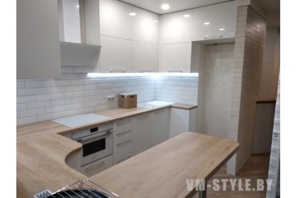 Белая глянцевая кухня с барной стойкой
