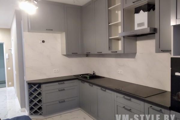 Серая угловая кухня с рамочными фасадами