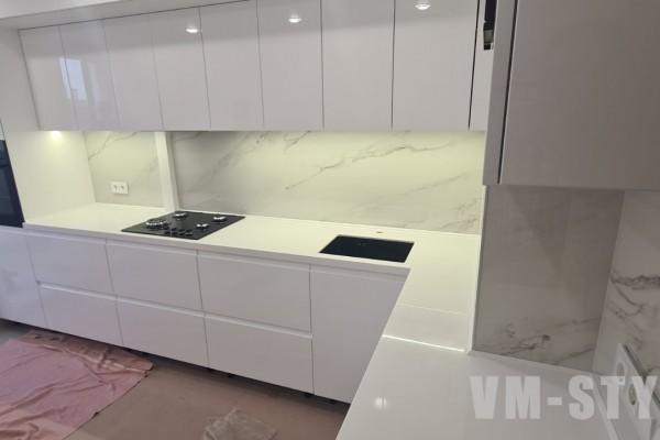 Белая глянцевая кухня без ручек