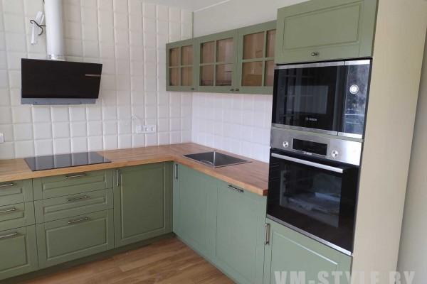 Фисташковая угловая кухня с рамочными фасадами