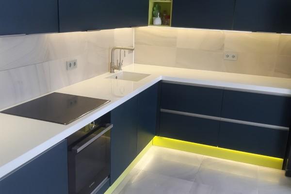 Угловая кухня с подсветкой