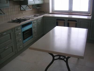Обеденные столы из камня
