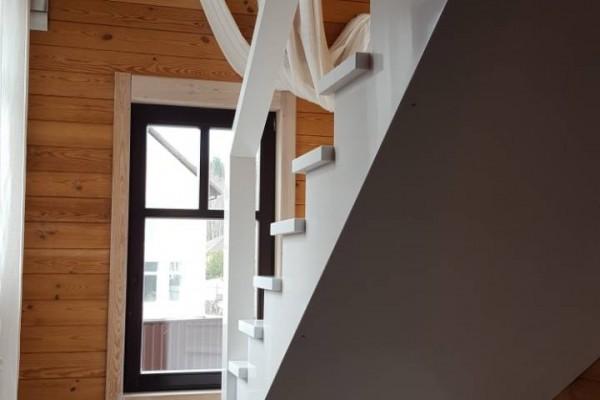 Лестница с перилами из акрилового камня Staron
